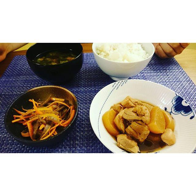 お疲れ様です。先ほど帰宅しまして、今日はこれから晩御飯~鶏と大根の煮物は土曜に作って冷凍しておいたものです。我が家では旦那様がお味噌汁を作ってくれます。時間も遅いのでシンプルご飯#lifeinyokohama #lifeofkaren#yokohamalifestyle - from Instagram