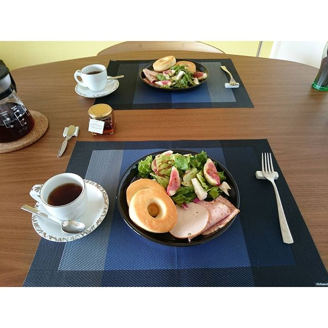 Good morning#成城石井 の #ホットビスケット に HERMESから頂いた、#dandelionchocolate の #カカオニブハニー をつけていただきます岩手産のロメインレタス長野産のグリーンカールとズッキーニの #salad に 愛知産の無花果を添えて。昨日は帰りが遅くてぎりぎり成城石井でハムをゲット。#lifeofkaren #casualandluxe#yokohamalifestyle #lifeinyokohama #暮らしを楽しむ - from Instagram