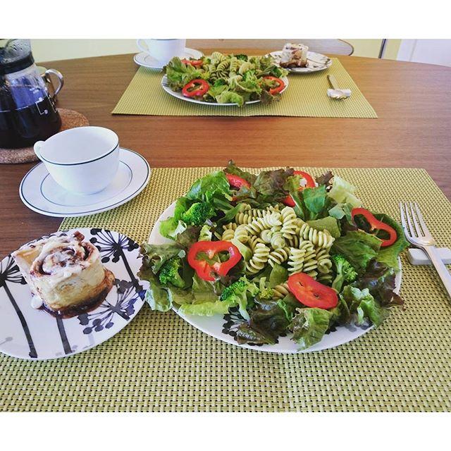 お早うございます。Pasta #saladforbreakfast #arcenero の有機フジッリをバジルソースで絡めてサラダのメインに。#cinnabon の香がスゴく好き#lifeofkaren #casualandluxe#yokohamalifestyle#lifeinyokohama #暮らしを楽しむ - from Instagram