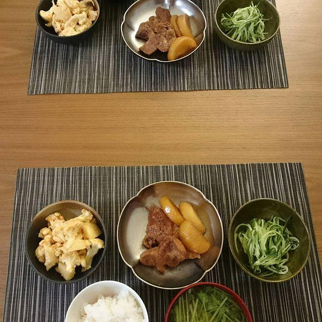 こんばんは今日は沖縄豚のロース肉と神奈川大根の煮物、愛知産のカリフラワーと北海道産じゃがいもの明太子和え。宮崎胡瓜のなます風。お味噌汁の具は京水菜で簡単に。ちなみにロース肉は1度焼いてからル・クルーゼで煮ています。思いの外柔らかくできました。平行して鱈のトマトスープを明日用につくりました。#lifeofkaren #casualandluxe#yokohamalifestyle#lifeinyokohama #暮らしを楽しむ - from Instagram