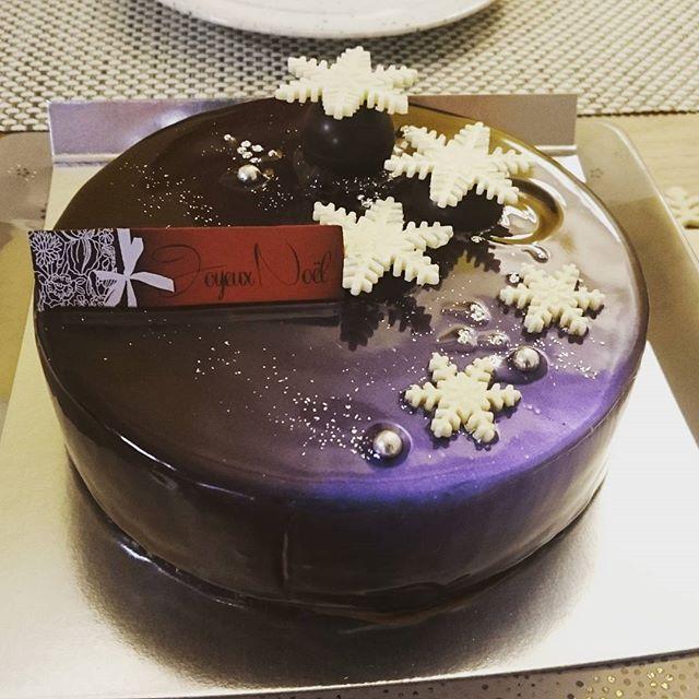 #yokohamabaysheraton #dorer の#クリスタルスノー チョコレートケーキなのですが、実は一部がブルーシルバーな色になっています。割りと甘さを押さえている感じです。#lifeofkaren #yokohamalifestyle#lifeinyokohama#暮らしを楽しむ#横浜グルメ - from Instagram
