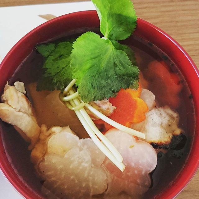 我が家の#お雑煮 はシンプルです。名古屋コーチンを少量いれています。お餅は暮れにいただいたお餅です。食べてみたらお餅がすごく美味しくてびっくり!#大潟村 #japanesetraditional #japanesecuisines #お正月 #お節料理 #lifeofkaren #casualandluxe#yokohamalifestyle#lifeinyokohama #暮らしを楽しむ - from Instagram