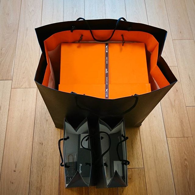 #hermes のランデヴーでのお買い物 ←年末にお願いしてました。今回は虎ノ門ヒルズの#pirouette の和三盆サブレこちらの店舗では必ず黒い袋に二重に入れてくれるので持ち帰りも安心#lifeofkaren #yokohamalifestyle#lifeinyokohama#暮らしを楽しむ #casualandluxe #無垢フローリング - from Instagram