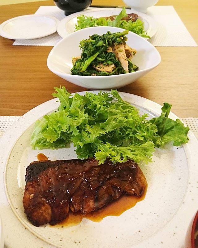 今日は鰤の照り焼き(柚子ジャム+蜜柑ワインのソース)と菜の花と鶏胸肉のサラダ仕立てです。#lifeofkaren #yokohamalifestyle#lifeinyokohama #casualandluxe #暮らしを楽しむあ、なんか鰤が寄ってました - from Instagram