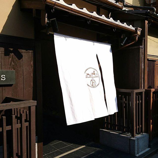 #daytrip to #kyoto京都では四条の福寿園でお茶を買うのことにしているので、足をのばして#hermes @ #祇園 へ。祇園のHERMESは、31日からはビーチがテーマだそうで…砂浜が錦市場も楽しいので行きましたが…芋洗い状態でした#lifeofkaren #yokohamalifestyle#lifeinyokohama #casualandluxe #暮らしを楽しむ - from Instagram