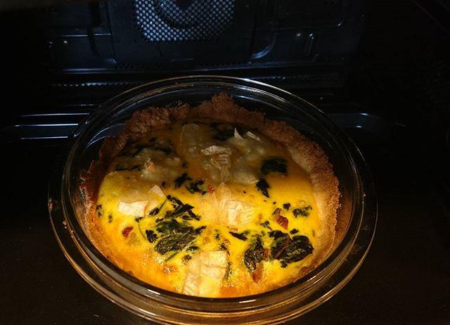 お早うございます朝からホットケーキミックスを使ってのキッシュに挑戦…生地思った感じにならないまま焼いてみたけど、うーん。カマンベールチーズを入れたのもあるかも?石窯ドームはレシピに書いてある温度より10度上げないと上手くいかない感じ←最上位機種なんですけどね #lifeofkaren #yokohamalifestyle#casualandluxe #暮らしを楽しむ #lifeinyokohama - from Instagram