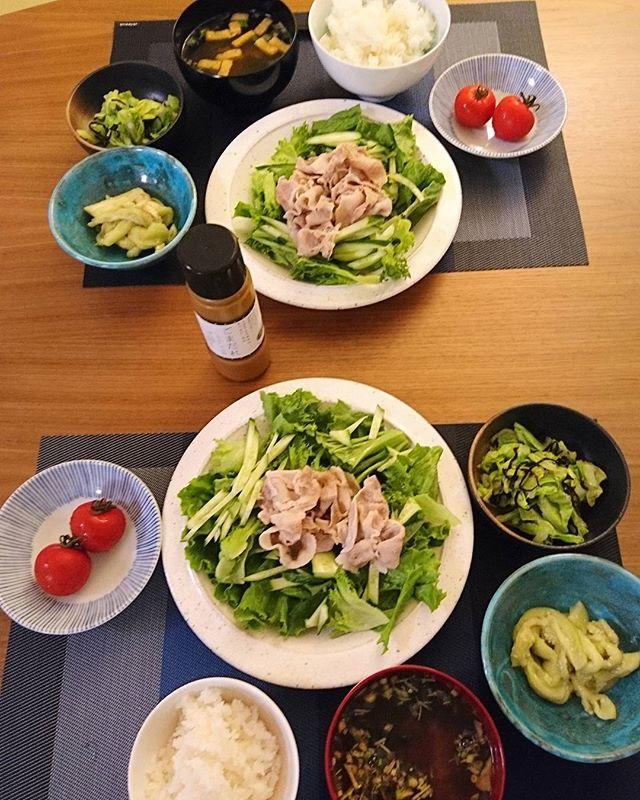 こんばんはこれから晩御飯今日は野菜たっぷりです唐津のトマト、神奈川産のキャベツは塩昆布&生姜和えに。高座豚の冷しゃぶサラダは長野産のグリーンリーフに調布産のフリルレタスと宮崎産の胡瓜で。高知産の那須はナムル風に。#lifeofkaren #casualandluxe #yokohamalifestyle #lifeinyokohama #暮らしを楽しむ - from Instagram
