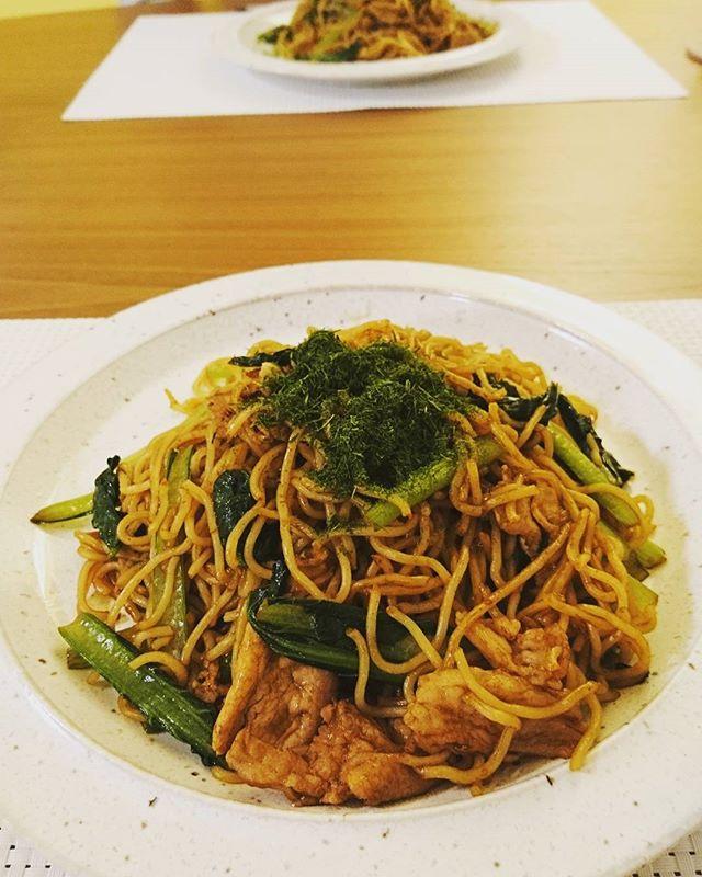 こんばんはこれから夕食旦那様作の焼そば、小松菜入り。食事をしながら今日のあったことを話すのですが、毎日のことなのに結構盛り上がります #lifeofkaren #yokohamalifestyle #casualandluxe #暮らしを楽しむ #lifeinyokohama - from Instagram