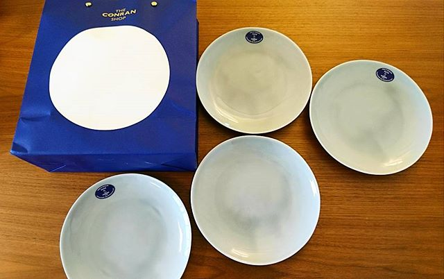 昨日は#conranshop で#tete の皿を。teteのブルーの皿を持っているのですが、フチが欠けてしまったものがあったので、新調しました。コンランショップ用のオリジナルのカラーだそうです。ちなみに我が家の#fritzhansen のダイニングテーブルの長さ違いがコンランショップにでていてビックリ。以前は白天板のものだったので#kinto #lifeinyokohama #casualandluxe #yokohamalifestyle#lifeinyokohama#暮らしを楽しむ - from Instagram