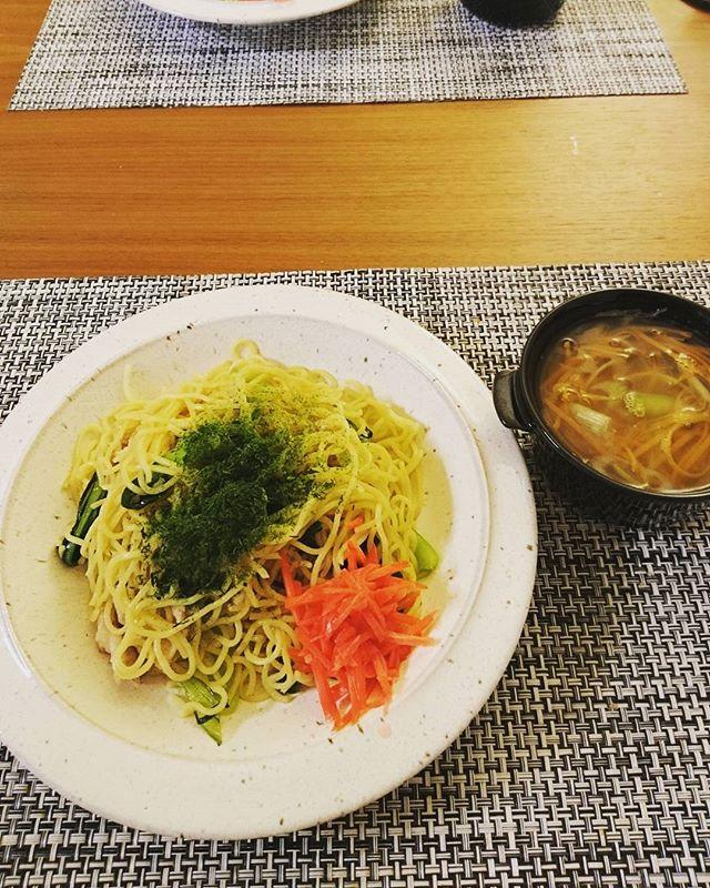 こんばんは今日はお昼過ぎまで、自宅で資料づくりでした今日は静岡産チンゲン菜と高座豚で塩焼そばを旦那様が用意してく!ました宮崎産人参とネギの中華風スープは私作#lifeofkaren #casualandluxe #yokohamalifestyle#lifeinyokohama#暮らしを楽しむ - from Instagram
