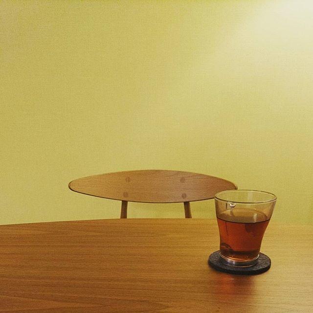 こんばんは今日も7時30分には職場についてひたすらプレゼン資料を作る1日でした先ほど帰宅して、ほっと一息座面がレザー(革)だからなのか、我が家に来るお客さん達が座ると必ず「座り心地がホントいいね」と言って、ダイニングの椅子なのに寛いでしまう#carlhansenandson の#ch33p テーブルは#fritzhansen の#analogtable インテリアの仕事をしているので、流行りものとかではなくて、本物がいいですね#lifeofkaren #casualandluxe #yokohamalifestyle #lifeinyokohama#暮らしを楽しむ - from Instagram