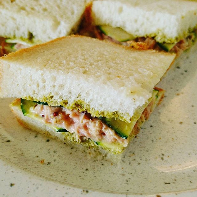 おそようございます#brunch は自家製パンのサンドイッチ長野産ズッキーニとノンオイルのツナで、ジェノベーゼソースが隠し味#lifeofkaren #casualandluxe #lifeinyokohama #yokohamalifestyle#暮らしを楽しむ - from Instagram