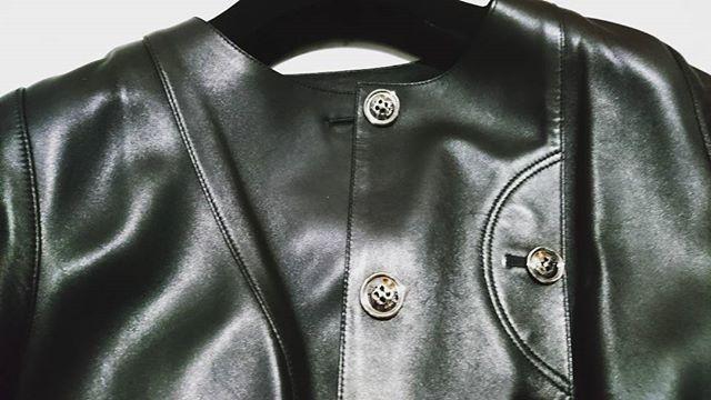 秋冬アウターの準備#loewe でMTOしたレザージャケット 。実は、そのままでも良かったのですが、買った一年後に思い直して全体的にロエベで詰め直しして、ジャストサイズに。ロエベのタグの下にはイニシャルとオーダーした年が刻印されています。ロエベでは#MTO をやらなくなってしまったので、通勤にガンガン着るのはやめて大切に着るようにしています#lifeofkaren #casualandluxe#yokohamalifestyle#lifeinyokohama#暮らしを楽しむ - from Instagram