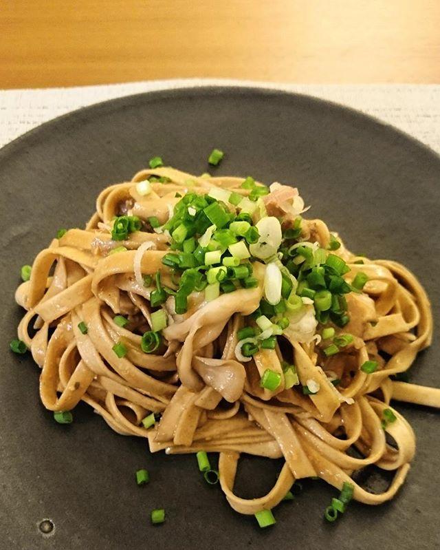 こんばんは先日頂いた山吹味噌を使って北海道産の黒毛和牛のモモ肉と舞茸、#echizensobapasta のパスタそば粉のパスタなので、和風に。金山時味噌のかわりに山吹味噌と薬味セットの生姜と葱を刻みオリーブオイルで炒めてソースを作りました。隠し味は澤乃井と赤ワイン←調理用の白ワインがなかったので実は水菜を和える予定でしたが、忘れてしまい、食べる直前に足してみたところ、とても美味しくなりました。#横浜野菜#lifeofkaren #casualandluxe #lifeinyokohama#yokohamalifestyle#暮らしを楽しむ #お家ごはん #instafood - from Instagram