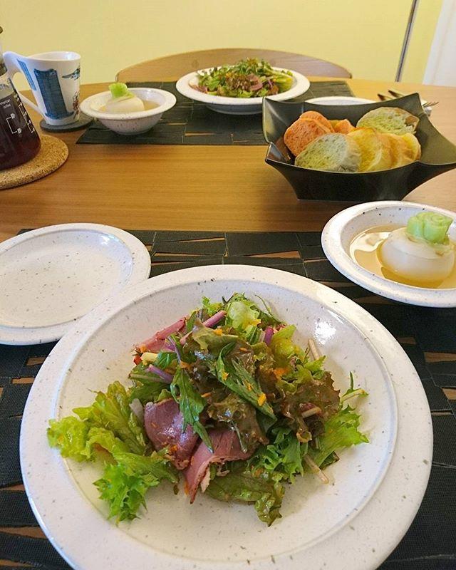 お早うございます#brunching @ home人参と玉葱のシャンパンビネガーで作った自家製ドレッシングは長野産のサニーレタスと横浜産の水菜と三重産のフリルレタスに。鎌倉ハムのパストラミビーフとあわせて。蕪はコンソメで煮て中に濃いコンソメと和えた蕪を入れてスープ仕立てにしました朝から集中してのクッキングはストレス解消にもなります#lifeofkaren #casualandluxe #yokohamalifestyle#lifeinyokohama #暮らしを楽しむ - from Instagram