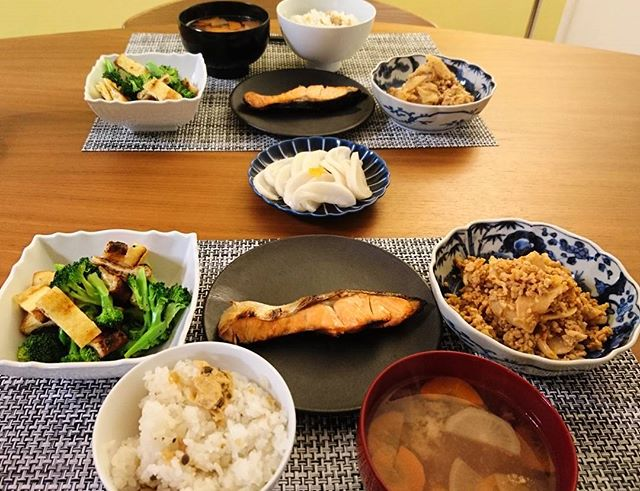 こんばんは昨夜の作り置きは平塚産の蕪と鶏ひき肉の味噌炒め。京都で買った大根の漬物に湯葉ご飯のもとで。高島屋で買った塩鮭もつけてガッツリです神奈川産のブロッコリーは、ヒルズのイベントでもらった白だしに生姜をプラスして、カリカリに焼いた油揚げと和え物に。#そうだ暮らしを楽しもう #lifeofkaren #casualandluxe #yokohamalifestyle#lifeinyokohama #yokohamalifestyle #暮らしを楽しむ - from Instagram