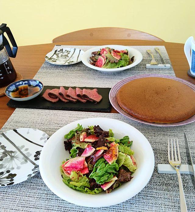 おそようございます#北仲マルシェ で購入した横浜野菜のサラダ 紅芯大根が甘いので、義理の両親お手製の柚子ジャムと#グレイプポン の粒マスタードのドレッシングで。尾島のローストビーフも。#lifeofkaren #casualandluxe #yokohamalifestyle#lifeinyokohama#暮らしを楽しむ - from Instagram
