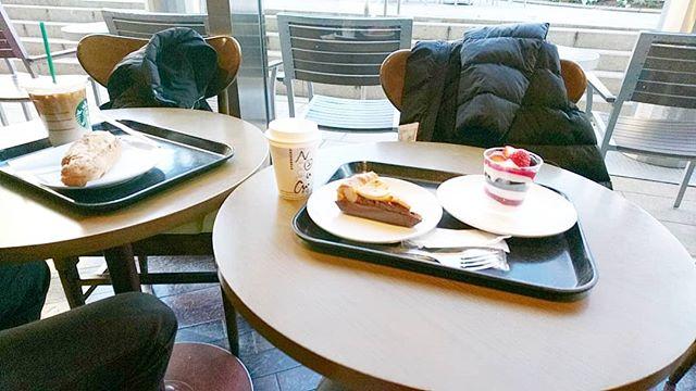 #starbuckscoffee で朝食 @tsutaya_tokyo_roppongi #六本木ヒルズ #lifeofkaren #casualandluxe #yokohamalifestyle#lifeinyokohama#暮らしを楽しむ - from Instagram