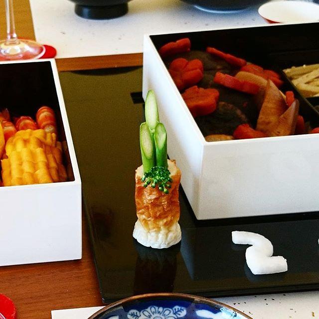 #お節 ハイライト 『おまけ』アスパラと竹輪で食べられる#門松 を作ってみました。#casualandluxe #lifeofkaren #yokohamalifestyle#lifeinyokohama#暮らしを楽しむ - from Instagram